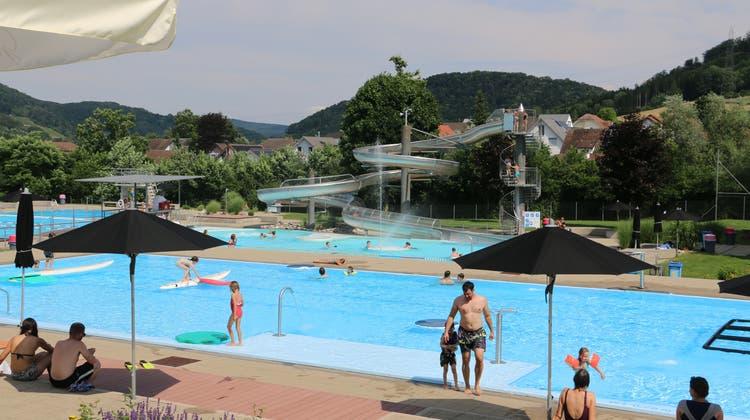 Am Sonntag besuchten fast 1400 Personen das Fricker Schwimmbad – und auch am Montag genossen die Gäste die Sonne vor dem Sturm. (Dennis Kalt /Aargauer Zeitung)