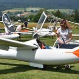 Aude Untersee von der Groupe de vol à voile Bex macht sich für den Start bereit. Sie ist eine von drei Frauen, die an der Schweizer Meisterschaft mitfliegen. (Peter Brotschi)