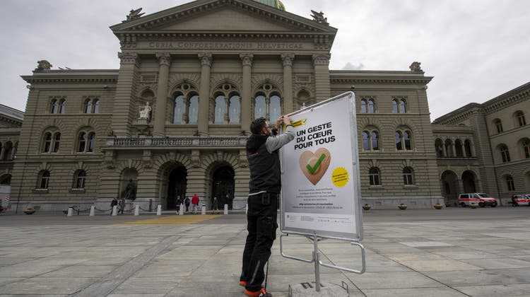 Plakate sind nur eines von vielen Werkzeugen, mit denen das BAG die Impfbereitschaft erhöhen will. (Marcel Bieri / KEYSTONE)