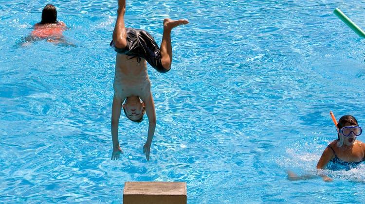 Das Leben eines 6-jährigen Kindes konnte am Sonntagnachmittag im Schwimmbad Wetzikon gerettet werden. (Symbolbild) (Keystone)