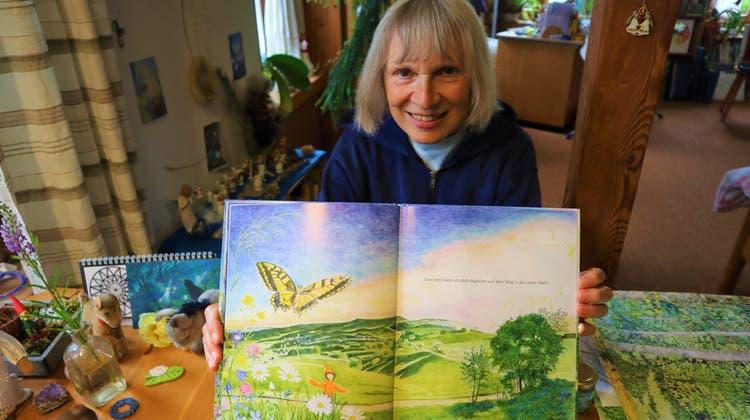 Die Künstlerin Elisabeth Heuberger (64) präsentiert ihre neueste Kreation, inspiriert vom Schöftler Wald. (Peter Weingartner)
