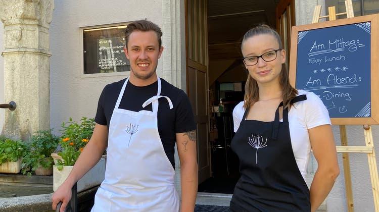 Der 25-jährige Niklas Schneider und die 21-jährige Ramona Gehrig empfangen die Gäste im «Grossen Alexander». (wue)