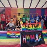 Befürworter der Ehe für alle tauchen den Buchser Marktplatz in ein Farbenmeer