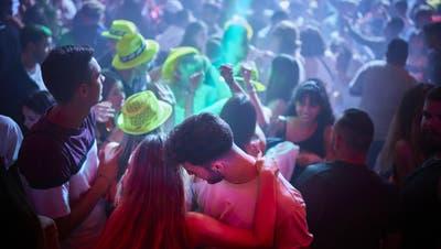 Die erste Partynacht seit acht Monaten wurde von vielen ausgiebig gefeiert. (Bild: Valentin Flauraud)