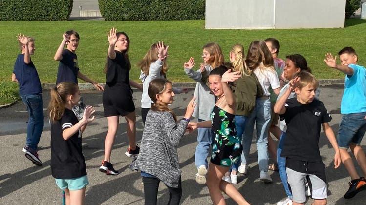 Die 6.-Klässler der Primarschule Neuendorf schufen ein Zeitdokument zum Corona-(Schul)-Alltag. Sie verlassen die Primarschule in Richtung Sekundarschulhaus. (Zvg)
