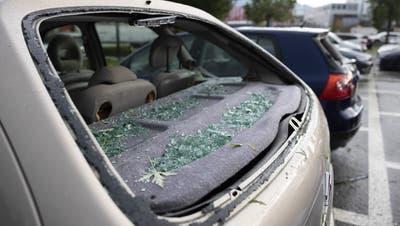 Zerstörte Autoscheibe in Bulle FR nach dem Unwetter. (Keystone)