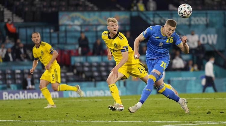 Artem Dovbyk trifft per Kopf zum entscheidenden 2:1 und bescherte seiner Ukraine den ersten Einzug in den EM-Viertelfinal überhaupt. (Keystone)