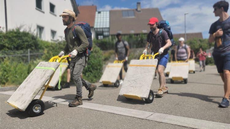 Hier karren die Riklin-Brüder mithilfe von Freiwilligen aus der ganzen Schweiz die «Zehn Gebote Vol. 2» von Spreitenbach nach Niederrohrdorf. (Sarah Kunz)