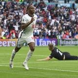 Raheem Sterling schiesst England mit seinem dritten Tor an dieser Europameisterschaft in die Viertelfinals. (Andy Rain / AP)