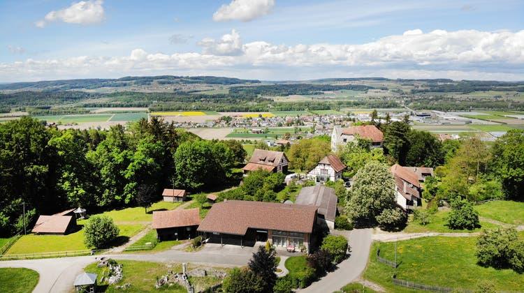 Die 2900-Einwohner-Gemeinde Felben-Wellhausen liegt im Thurtal unterhalb des Schlosses Wellenberg (im Vordergrund). (Bild: Andrea Stalder)