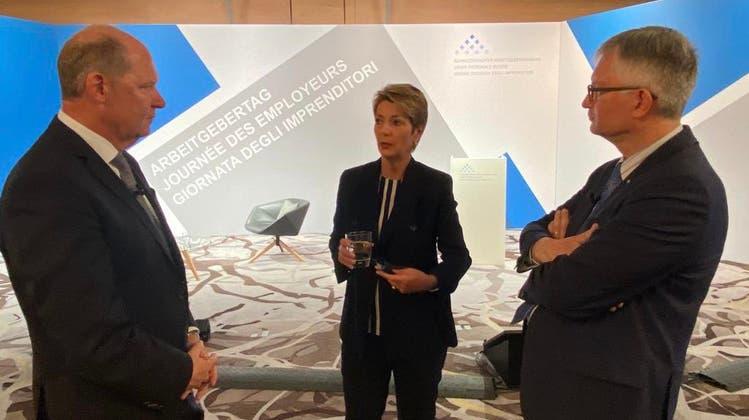 Bundesrätin Karin Keller-Sutter mit ArbeitgeberpräsidentValentin Vogt (l.) und Verbandsdirektor Roland Müller (r.). (Twitter/EJPD)
