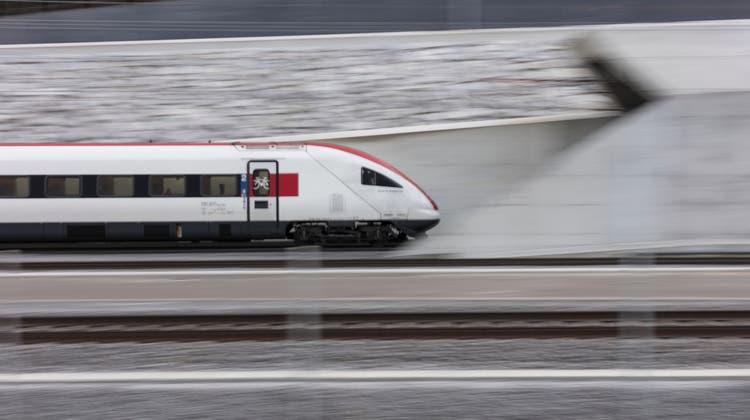 Mit dem Zug ist man spätestens seit der Eröffnung des Gotthard-Basistunnels schneller im Tessin. (Keystone)