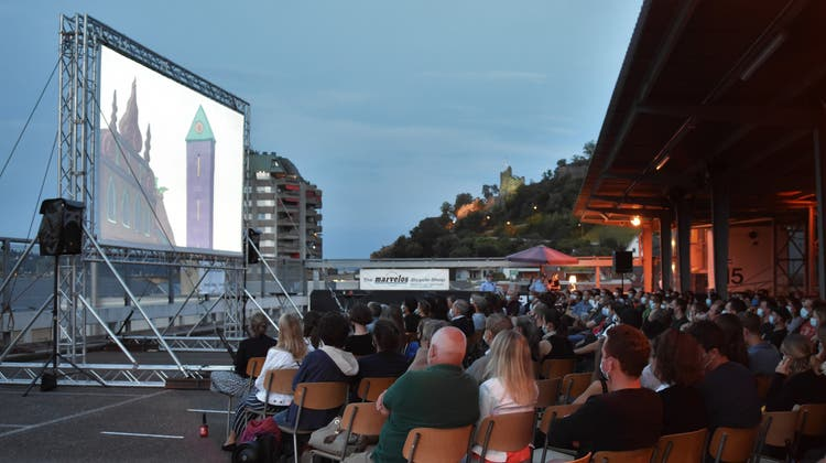 Kino vor urbaner Kulisse: Im Vordergrund die Leinwand, daneben die Aussicht auf die beleuchtete Ruine Stein– das Wahrzeichen der Stadt. (ZVG)