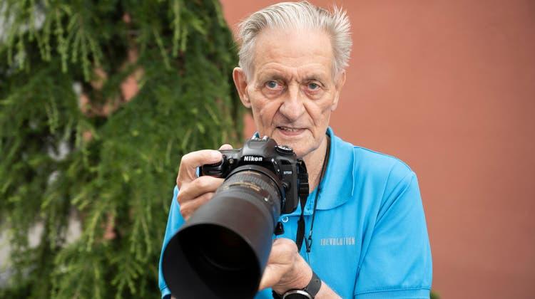 Seit rund 66 Jahren fotografiert René Weber. Mit dem Teleobjektiv ist er auch am Weiher in Glanzenberg auf der Suche nach Eisvögeln. (Alex Spichale)