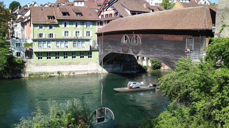 Mit dem Kran ans Limmatufer, dann via Boot unter die Brücke: Die Montage des «Flussobservatoriums» erfordert Kreativität und Geschick. (Rahel Künzler)
