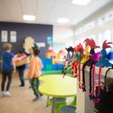 Eigentlich hätten die Bauarbeiten längt beginnen sollen. Nun wehren sich aber auch Anwohner gegen den geplanten Kindergarten in Riehen. (Symbolbild:Matthias Jurt)