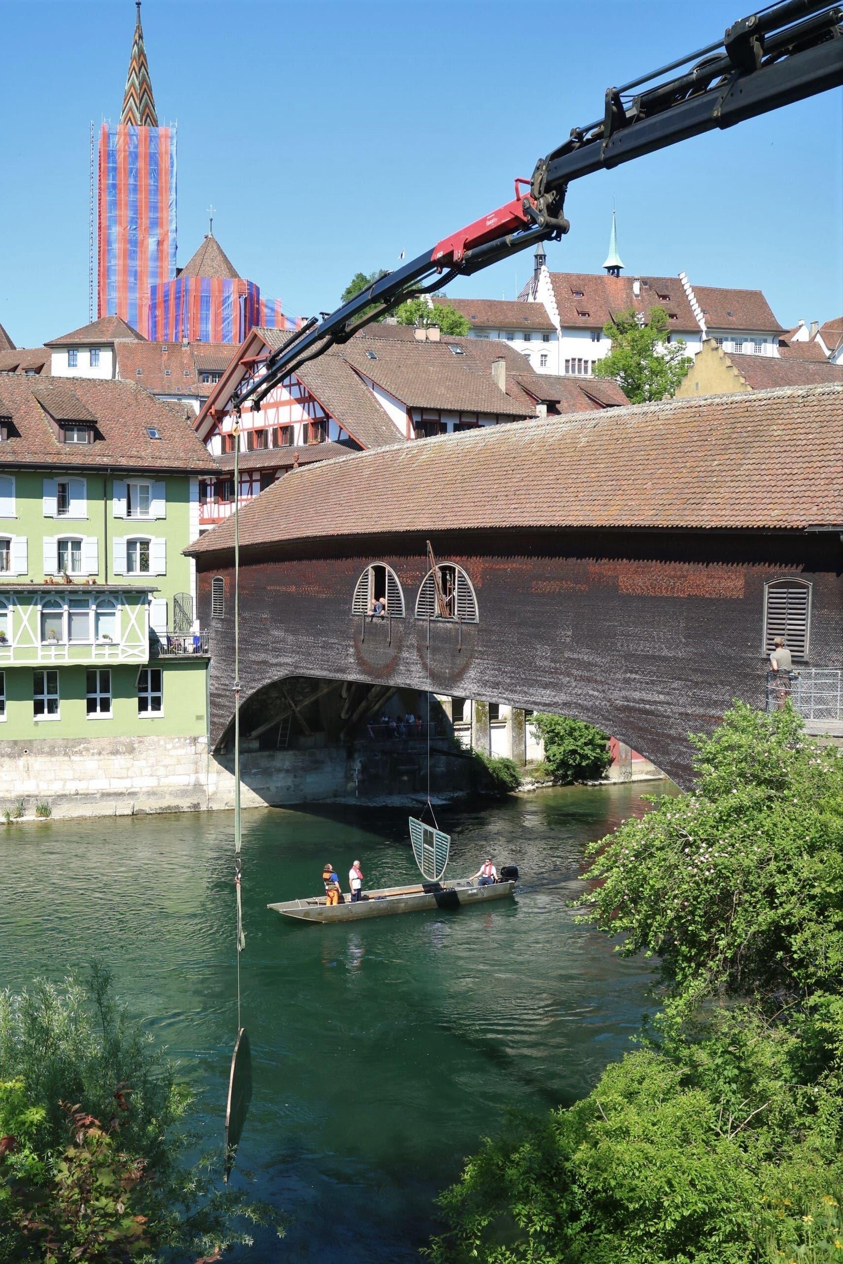 Den Kran hat Künstler Vincento Baviera eigens für die Montage des «Flussobservatoriums» entwickelt.
