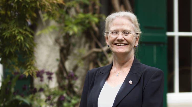 Jane Owen im Garten ihrer Botschafterresidenz in Bern. (Britta Gut)