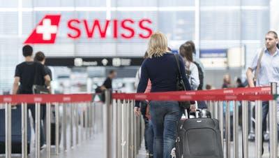 Die Warteschlangen vor dem Check-in dürften in den kommenden Sommermonaten deutlich länger werden am Flughafen Zürich. (Christian Beutler / KEYSTONE)