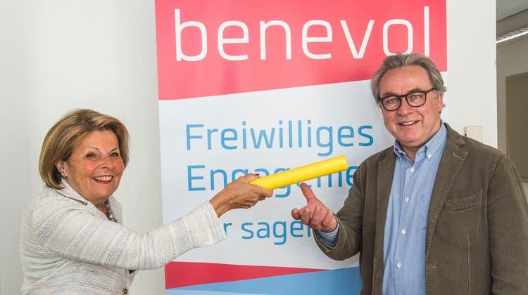 Regula Gysin (links) gibt das Benevol-Präsidium an Urs Wüthrich ab. (Nicole Nars-Zimmer)