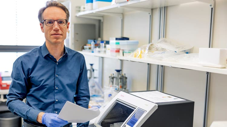 Matthias Matter,Pathologe am Unispital Basel, untersucht seit einem Jahr Gewebe von Covid-19-Patienten. (Bild: Kenneth Nars)