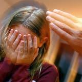 Eltern werden häufig gewalttätig, wenn sie überfordert sind. (Symbolbild) (KEY)