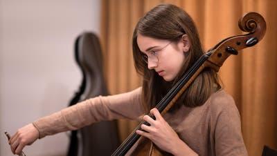 Nathalie Hauser spielt sich ein - hier für die Generalprobe mit dem Kammerorchester St. Gallen im Kirchgemeindehaus Lachen. (Bild: Michel Canonica)