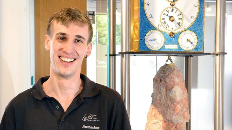 Mario Scarpatetti mit seiner «Calender Perpeten»-Uhr, welche auch die ungleich langen Säkularjahre korrigiert. (Bild: Hansruedi Rohrer)