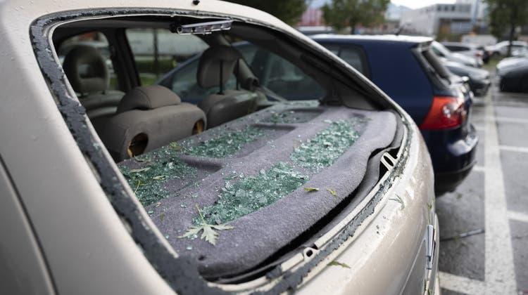 Der Hagel am Montag hat in der Schweiz viele Autoscheiben zerschlagen, so wie hier in Bulle. (Cyril Zingaro /Keystone)