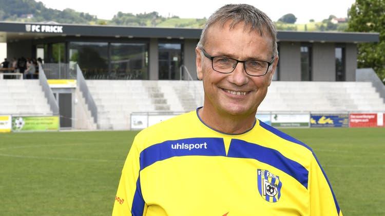Hans Reimann, Präsident des FC Frick vor der neuen Tribüne und Clubhaus des FCF (Juni 2021). (Alexander Wagner)