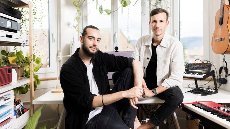 «Es war richtige Knochenarbeit»: Das Duo Johnny Nabu – das sind Jonas Jost und Merlin Obexer – freut sich über den Erfolg seinerDébut-EP. (Severin Bigler)