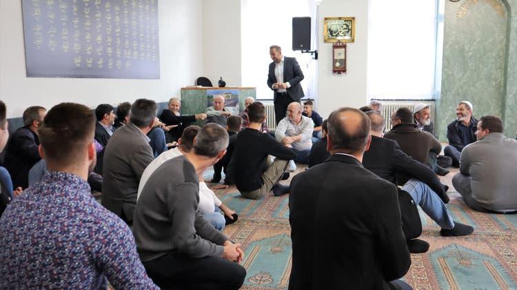 Der ehemalige Gebetsraum derAlbanisch-Islamischen Gemeinschaft wird in Wohnraum umgebaut. Das Bild zeigt Imam Bekim Alimi und die Gläubigen, es stammt vom Tag der offenen Tür im Jahr 2019. (Peter Weingartner)