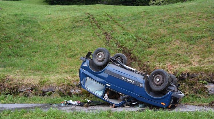 Das Auto überschlug sich und kam auf dem Dachl liegend zum Stillstand. (Bild: Kapo SG)