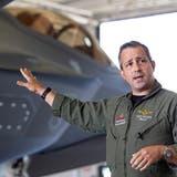 Tony Wilson preist in Fort Worth den Kampfjet F-35 Lightning II an. (Lockheed Martin)