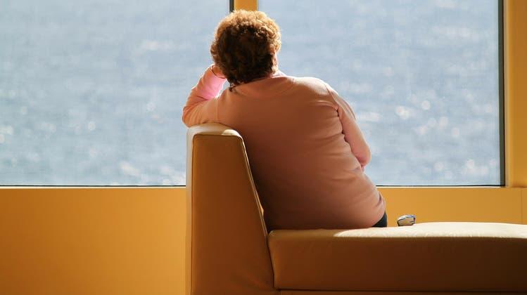 Ältere Menschen sind häufig alleine. Viele Gemeinden helfen diesen Personen mit speziellen Angeboten. (Symbolbild: Pixabay)
