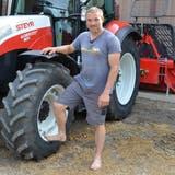 Landwirt Rolf Meier vor seinem Steyr-Traktor. (Bild: Margrith Pfister-Kübler)
