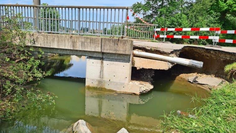 Die Brücke an der Leimstrasse wurde total hinterspült. Die diversen Schäden müssen nun aufgenommen werden. (zvg / Markus Schneitter)