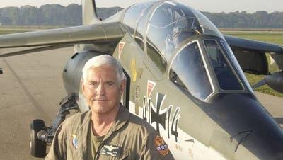 Bob Lutz mit seinem deutschen Kampfjet, den er sich einst für 600'000 Dollar gekauft hat. (Keystone)