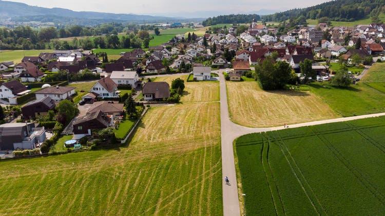 Der Veloweg nach Mellingen, der Gheidweg, durchtrennt das Baugebiet Floss-und Stockacher in Tägerig. Wie die Überbauung erschlossen werden soll, darüber scheiden sich die Geister. (Severin Bigler (8. Juni 2021))