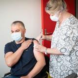 Die mobile Impfequipe des Kantons Thurgau ist in den Räumlichkeiten der Saurer AG im Einsatz. (Bild: Ralph Ribi)