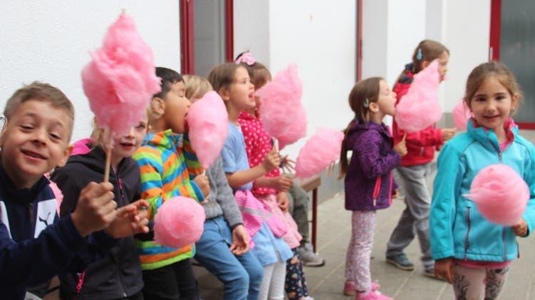 «Die ist feiiiiiin!», waren sich die Kinder über die Zuckerwatten einig. daneben gab'sauch ein Znünisäckli samt Getränk für jedes von ihnen. (Andrea Weibel)
