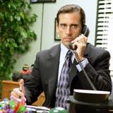 Wie kann eine Führungsperson seine Angestellten motivieren? Diese Frage stellt sich auch Steve Carell alias Michael Scott in der US-Comedyserie «The Office» - und findet regelmässig die falsche Antwort. (The Office / www.imago-images.de)