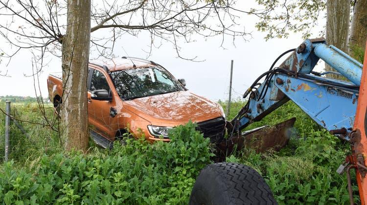 Der Pick-up-Truck musste mit einem Schreitbagger geborgen werden. (Bild: Luzerner Polizei (Dagmersellen, 4. Juni 2021))