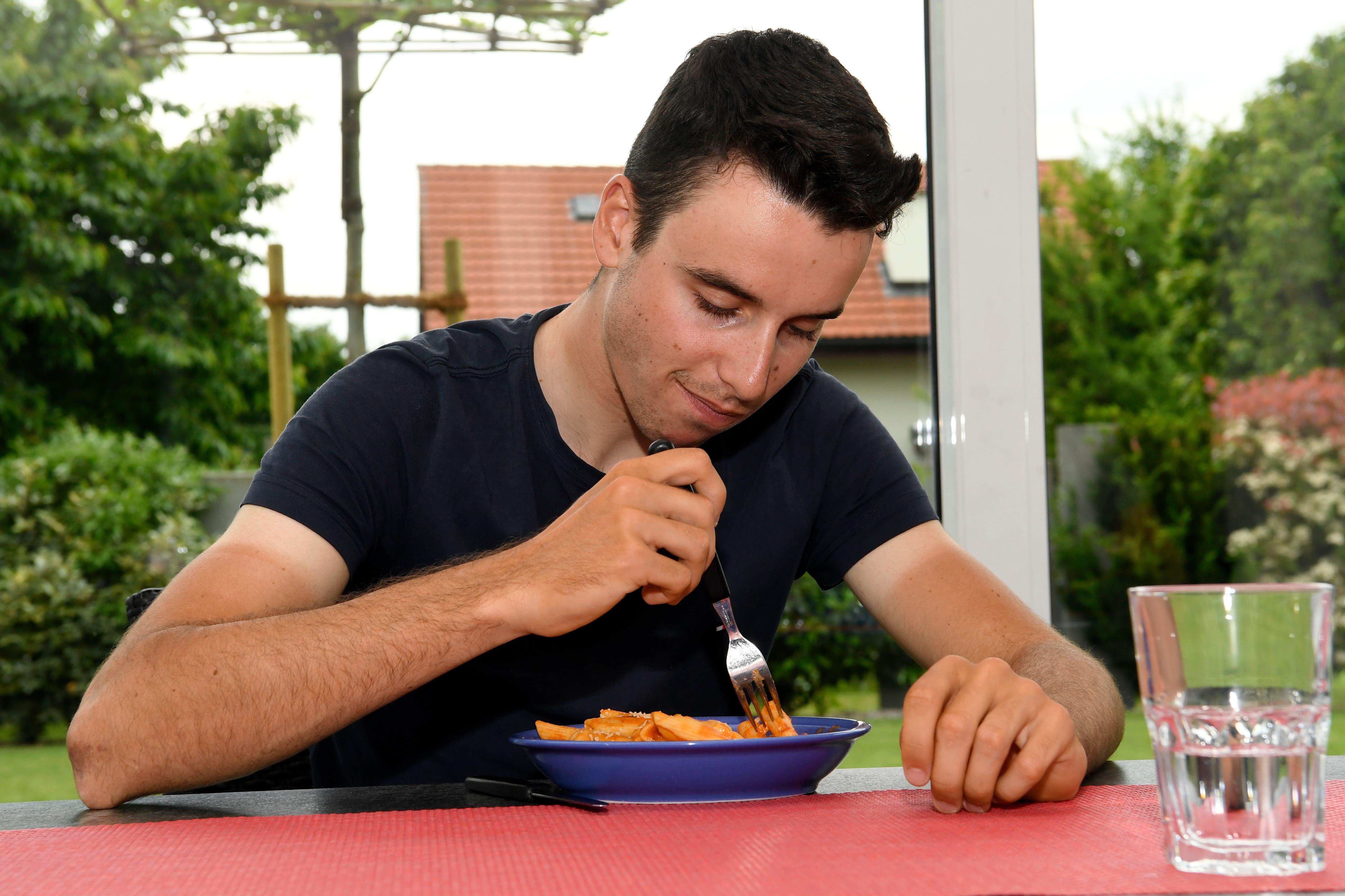 Fabio Christen füllt vor dem Rennen noch einmal seine Kraftreserven mit einem Teller Pasta auf.