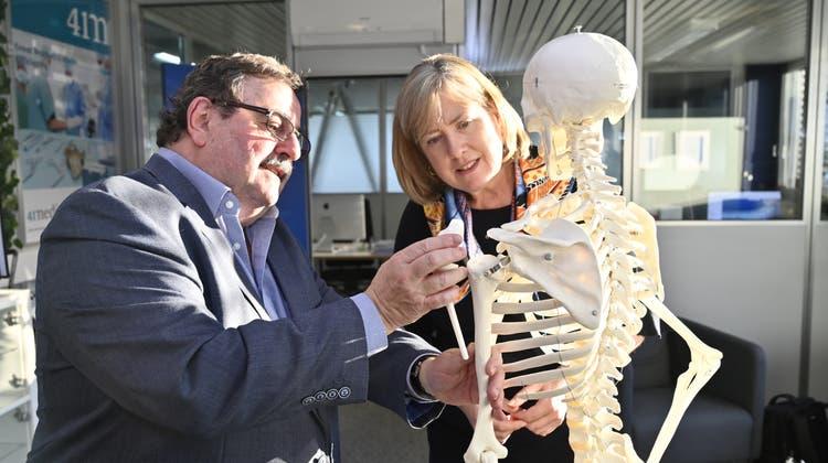 Medizintechnik alsVorzeigebranche: 2019 interessierte sich die australische Botschafterin Lynette Wood in Bettlach für Implantate von Robert Friggs Firma 41medical. (Oliver Menge)