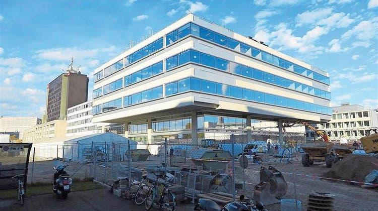 Modern ist es, aber es funktioniert nicht: Das neue News- und Sportcenter des Schweizer Fernsehens in Zürich. (Bild: SRF)