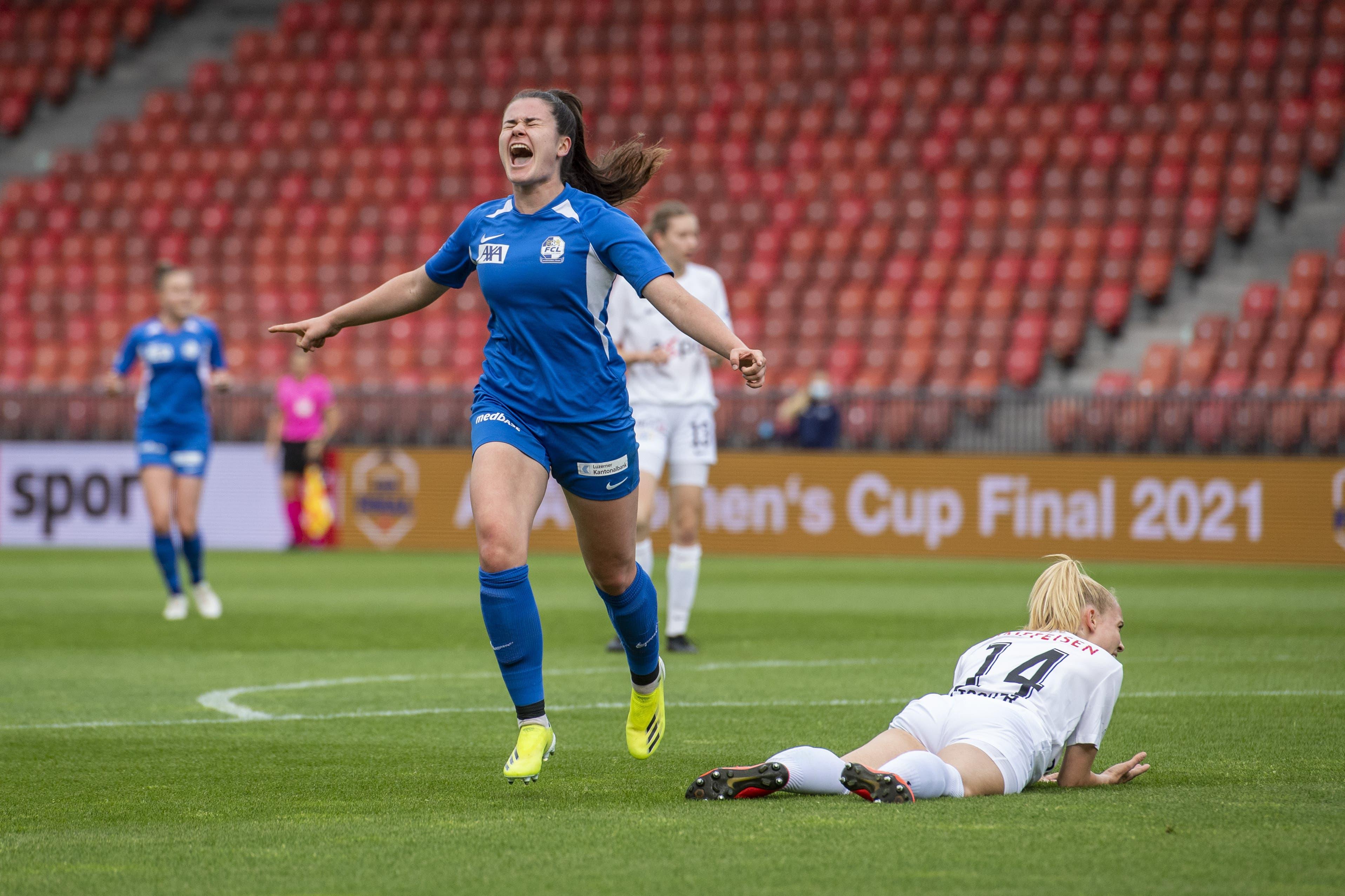 Svenja Fölmli feiert ihr Tor zum 1:0.