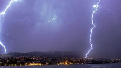 Ein doppelter Blitzeinschlag auf dem Zugerberg. (Bild: Daniel Hegglin (Zug, 4. Juni 2021))