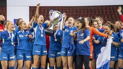 Die Luzernerinnen feiern den Cupsieg. (Urs Flueeler / KEYSTONE)