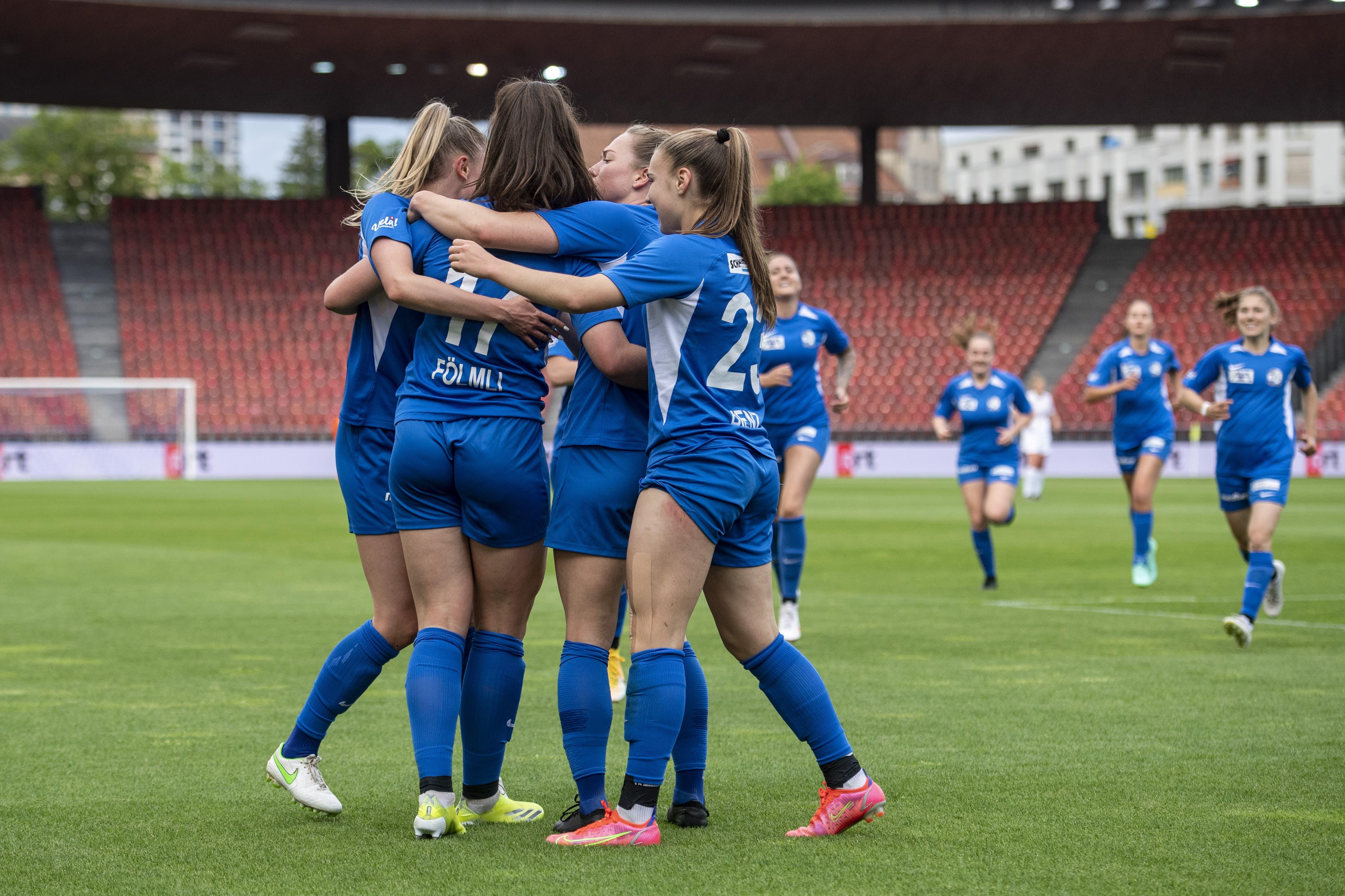 Die Luzernerinnen feiern das Tor zum 1:0.